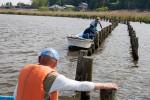 漁協組合員の協力を得て看板を設置する自然環境部会員