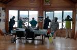 小雨のためエコ・ハウスの2階から野鳥を観察する参加者
