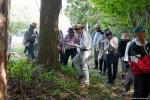 春の山野草を観察する参加者