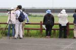 妙岐ノ鼻草原の野鳥を観察する参加者